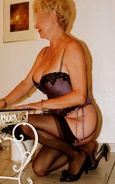 Blonde, sexy et chaude aimerait participer à une soirée privée