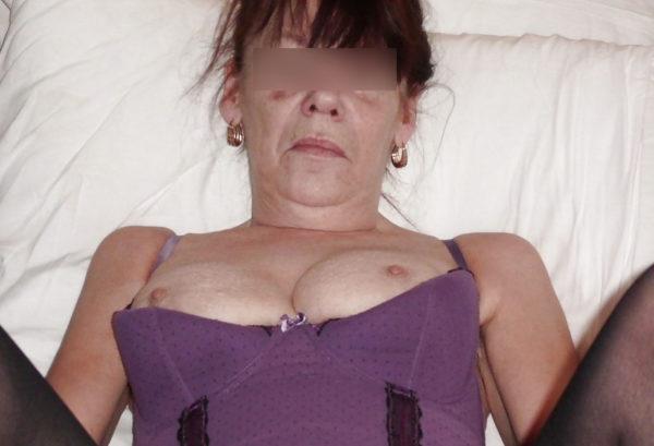 Coquine brunette de 47 ans, célibataire et prête pour un rdv