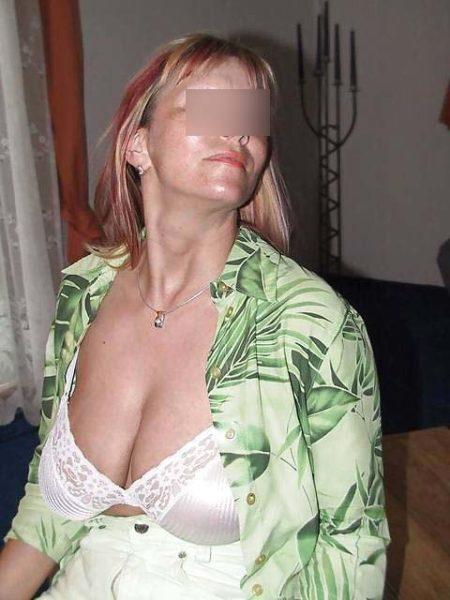 Estelle, femme cougar aime faire l'amour avec un jeune homme