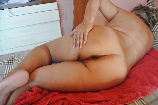Femme de 55 ans cougar cherche plan cul avec H de moins de 40 ans.