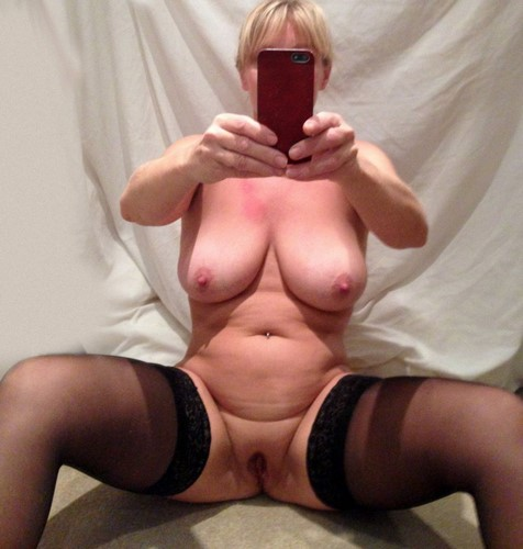 Mature blonde aux formes généreuses veut baiser