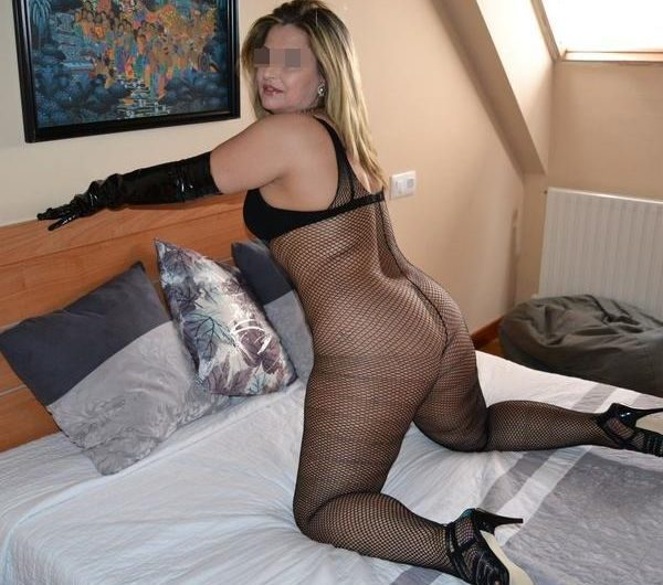 Cougar blonde de Lille cherche un jeune