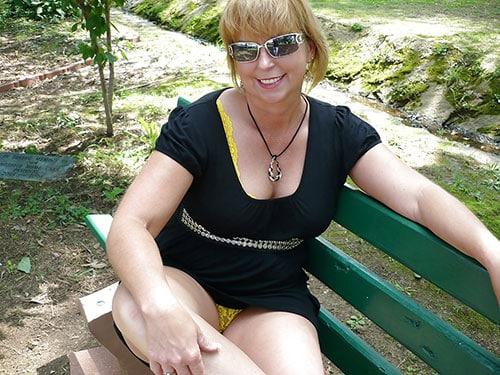 Femme coquine de 43 ans t'attendra dans sa voiture dans un quartier de Cherbourg