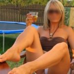 Belle blonde sexy attend jeunes hommes pour la satisfaire